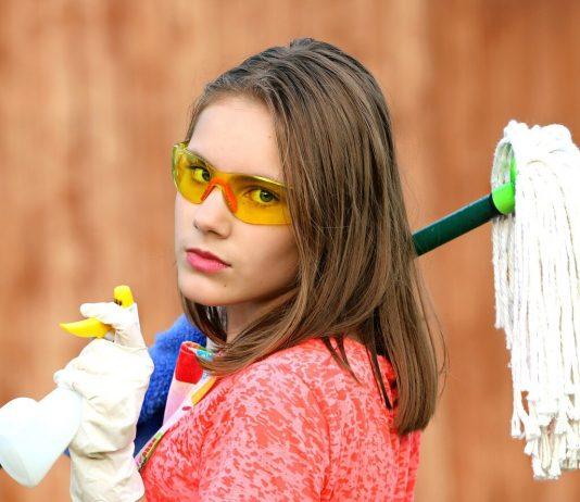 devojka sa opremom za čišćenje