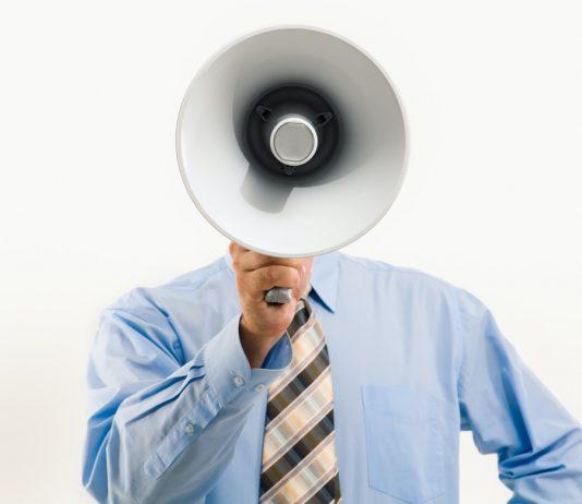 čovek-priča-na-megafon