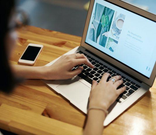 devojka-za-računarom